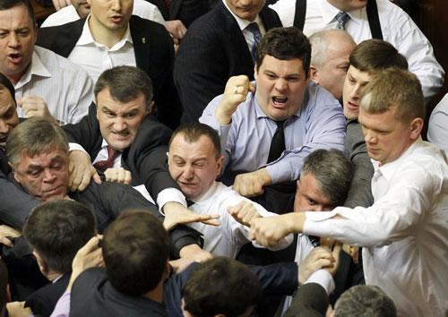 [Caption]các nghị sĩ đảng cầm quyền và phe đối lập lao vào đánh nhau chỉ vì một bài phát biểu bằng tiếng Nga.Cuộc họp của quốc hội Ukraina hôm 19/3