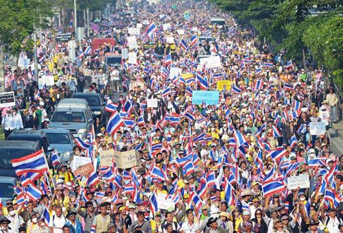 Theo AFP, hơn 1.000 người biểu tình sáng nay bắt đầu tuần hành từ một tòa nhà chính quyềnở ngoại ô phía bắc Bangkok đến văn phòng được bảo vệ cẩn mật của bà Yingluck, trong khi hàng chục nghìn người di chuyển từ nhiều địa điểm khác cũng tiến về mục tiêu chính này.