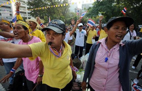 """Thủ tướng Yingluck sáng nay tuyên bốgiải tán quốc hội và tiến hành bầu cử sớm. Bàvẫn sẽ đảm nhiệm chức vụ thủ tướng cho đến khi vòng bầu cử mới được tiến hành. Tuy nhiên, lãnh đạo phe đối lập kiên quyết lập trường không chấp nhận phương án này, mà đề nghị thành lập một """"Hội đồng Nhân dân"""" với các thành viên được lựa chọn kỹ càng, nhằm tránh khả năng một chính phủ thân Thaksin"""