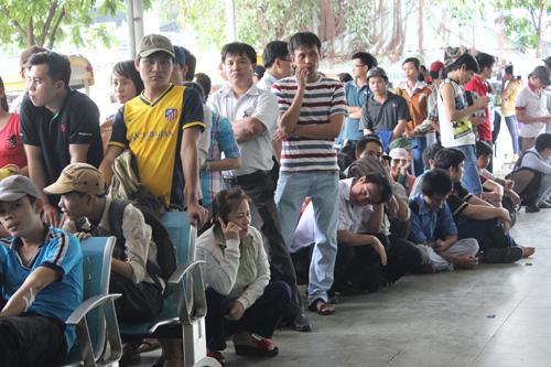 1 JPG 5765 1386721477 Vật vã chờ mua vé xe Tết ở TP Hồ Chí Minh