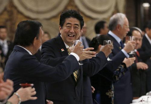 Thủ tướng Shinzo Abe nâng cốc cùng lãnh đạo các nước trong tiệc chiêu đãi tạiHội nghị cấp cao kỷ niệm 40 năm quan hệ đối tác ASEAN - Nhật Bản hôm qua. Ảnh: AFP