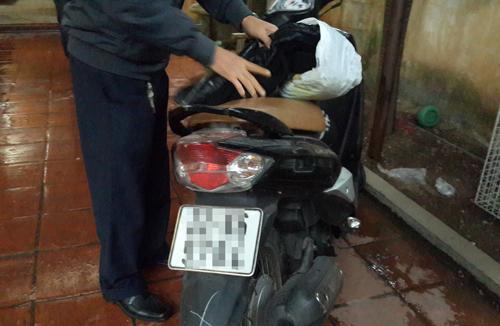 Chiếc xe của nạn nhân vẫn còn ở trong phòng trọ, được cơ quan công an đưa về để điều tra làm rõ. Ảnh: Phương Sơn