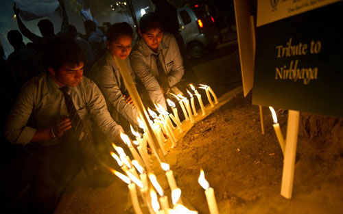 [Caption]Indian students take part in a candle-light vigil commemorating the December 2012 fatal gang-rape of an Indian woman, in New Delhi on December 16, 2013
