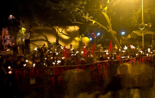 [Caption]Indian activists take part in a candle-light vigil commemorating the December 2012 fatal gang-rape of an Indian woman, in New Delhi on December 16, 2013.