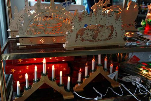 Hàng phục  vụ Noel tạị cửa  hàng bán lẻ do người Việt làm chủ (giá 1 đèn là 15 ¬