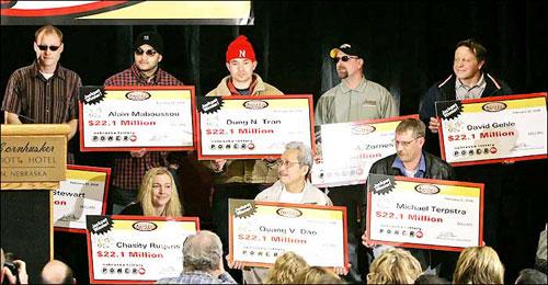 Dung Tran, 34 tuổi (mũ đỏ)và Quang Dao, 56 tuổi (tóc bạc), nhậngiải thưởng lên đến 365 triệu USD của Powerball năm 2006. Ảnh:freerepublic