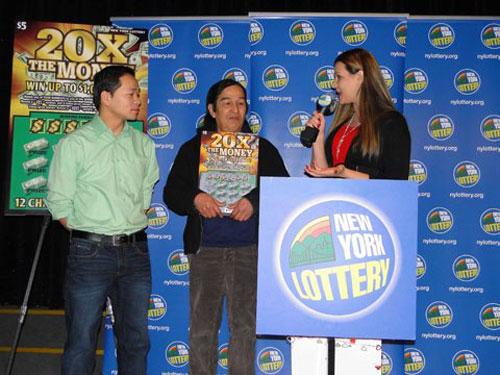 Hung Tran (giữa) trong lễ trao giải tại công ty xổ số New York ngày 14/2. Ảnh:Romeobserver