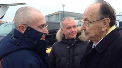 Cựu tỷ phú Mikhail Khodorkovsky (trái) bắt tay cựu ngoại trưởng Đức Hans-Dietrich Genscher khi tới Berlin. Ảnh: AFP