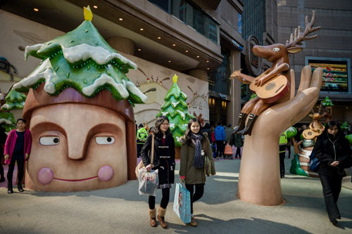 [Caption]This picture taken on December 19, 2013 shows Christmas decorations outside a shopping mall in Hong Kong. In the race to extract cash from Christmas shoppers, Hong Kong's myriad shopping malls have taken to heart the maxim that you must spend money to make money when it comes to decorations this festive season