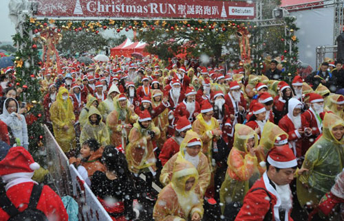 [Caption]Runners dressed up as Santa Claus take part in a 'Christmas Run' in Taipei on December 22, 2013. Over three thousands participants attended the event to celebrate the upcoming festivities.