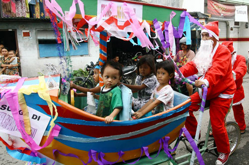 [Caption]Indonesian men dressed as Santa Claus ride carts for children locally called 'odong-odong' ahead of Christmas in Surabaya on December 22, 2013. Indonesian Christians will celebrate Christmas amid a warning on December 12 from Indonesian police that Islamic extremists may be planning to target worshippers at Christmas and New Years celebrations in the capital Jakarta and other parts of the country.