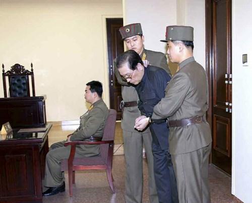 Jang Song-thaek trên phiên tòa quân sự đặc biệt hôm 12/12. Ảnh: Yonhap.