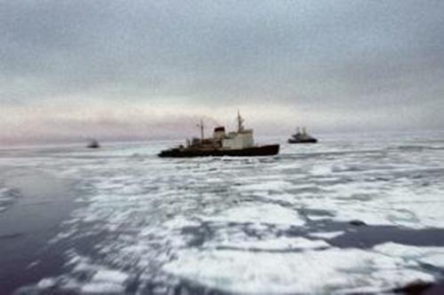 Tàu phá băng nguyên tử Lenin trên con đường biển phương bắc. Ảnh: russianlook