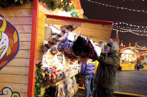 Quầy hàng lưu niệm các món đồ chơi truyền thống của Nga