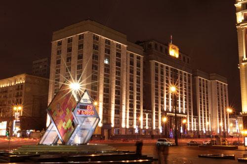 [Caption]08. Tòa nhà quốc hội Duma, phía trước là đồng hồ đếm ngược thời gian tới Olimpic Shochi 2014 (chỉ còn hơn 60 ngày nữa là thể vận hội mùa đông được chính thức bắt đầu)