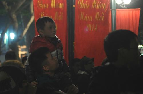 Nhiều trẻ em cũng được bố mẹ cho đi dự buổi lễ. Ảnh: Quý Đoàn.
