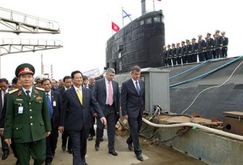 Thủ tướng Nguyễn Tấn Dũng tới thị sát việc thử nghiệm tàu ngầm Hà Nội hồi tháng 5/2013. Ảnh: Chinhphu.vn