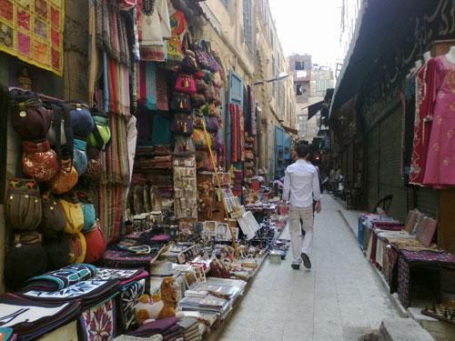 [Caption]Theo người dân sở tại và lịch sử ghi chép lại, ngôi chợ cổ này có tuổi đời gần 700 năm và được Vua Djaharks el-Khalili cho xây dựng vào năm 1382 và được đặt tên theo tên của chính ông.