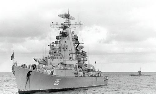 """Một tàu mặt nước (tuần dương hạm tên lửa đề án 1134 """"Vlapostok"""" - Ракетный  крейсер  «Владивосток» пр.1134) đón ngoài khơi và hộ tống tàu ngầm hải quân Liên Xô tiến vào căn cứ Cam Ranh."""