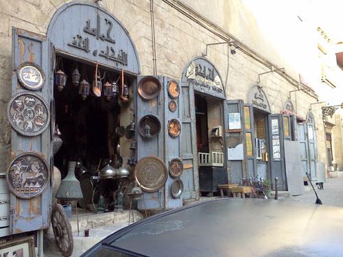 [Caption]Đi sâu hơn nữa trong ngôi chợ cổ Khan al-khalili, hiện ra trước mắt tôi là những cửa hàng bày bán các bán đồ lưu niệm được chế tác công phu và tỉ mỉ.