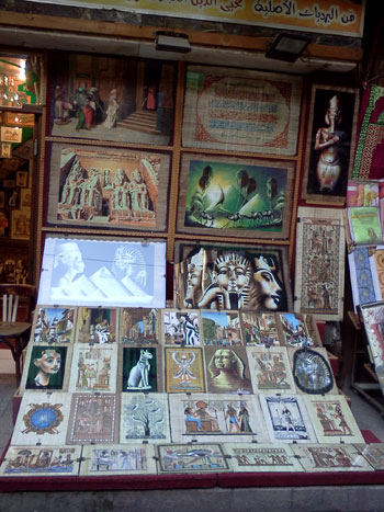 [Caption]]Tại đây, du khách có thể tìm mua cho mình và người thân những món quà đặc biệt mang đặc trưng của xứ sở các Kim tự tháp như thảm, đồ nữ trang bằng vàng và bạc,