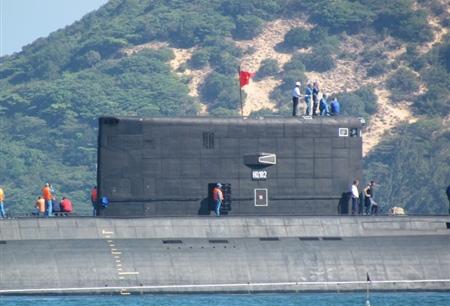 Quốc kỳ Việt Nam tung bay trên nóc tàu ngầm Hà Nội - HQ182.