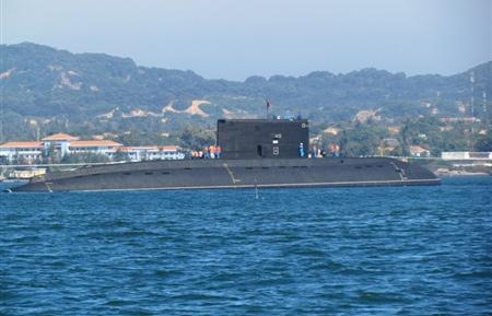Lúc 14 giờ ngày 3/1, tàu ngầm Hà Nội HQ182 đã được đưa vào quân cảng Cam Ranh an toàn.