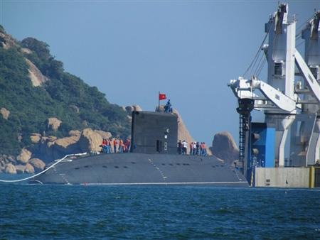 Trước đó, từ lúc 13 giờ 30 phút, hai tàu lai dắt bắt đầu đưa tàu Hà Nội HQ182 ra khỏi tàu Rolldoc Sea.