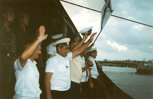 """Cam Ranh. Ngày 4 tháng 5 năm 2002. Phà """"Sakhalin-09"""" rời cầu cảng.Chuẩn đô đốc Eryomin, chỉ huy trưởng cuối cùng của căn cứ giơ tay chào những người đồng đội Hải quân Việt Nam: Tạm biệt và hẹn gặp lại."""