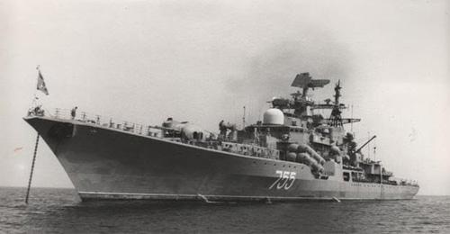 Một khu trục hạm thuộc đề án 956 trong vịnh Cam Ranh.