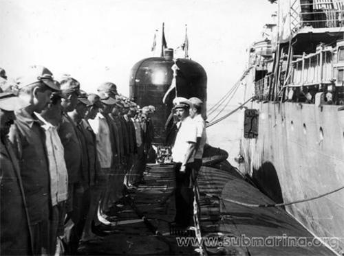"""Cam Ranh, tháng 2 năm 1987-Thủy thủ đoàn số 379, sau 7 năm tiếp tục ghé Cam Ranh trên tàu """"K-313"""" (đề án 670). Thủy thủ tập hợp đội ngũ trên boong nhân ngày Quân đội và Hải quân Xô viết, chỉ huy thủy thủ đoàn trước hàng quân. Hình dưới, người ở giữa-chỉ huy thủy thủ đoàn 379, trung tá Temnov V.P."""