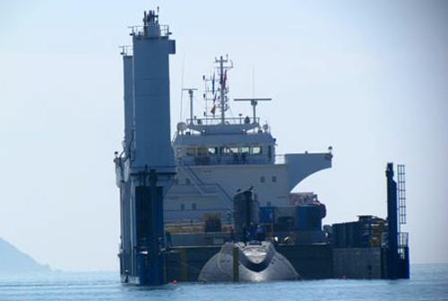 Tàu ngầm Hà Nội tiến vào quân cảng Cam Ranh