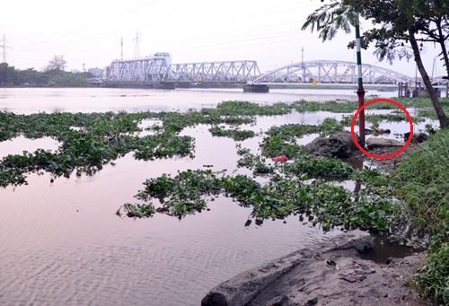 Thi thể phụ nữ (khoanh tròn đỏ) bị trói tay được phát hiện ở gần cầu Bình Lợi. Ảnh: An Nhơn