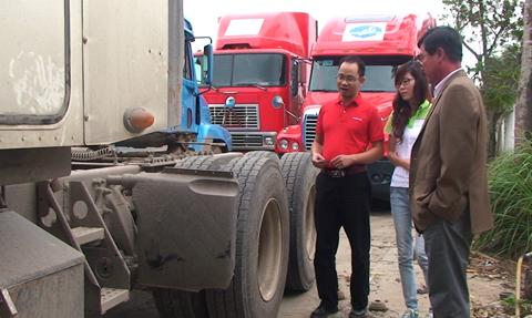 Nhân viên tập đoàn Bridgestone trao đổi với chủ đội xe về lốp dán Bandag.