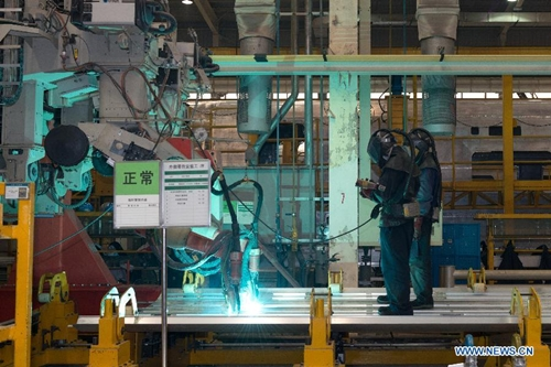 [Caption]Workers manipulate robots cutting the plate for the body of a CRH380A high-speed train in the manufactur