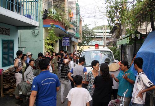 Những xe cứu thương túc trực chờ chở thi thể các sinh viên tử nạn. Ảnh: An Nhơn
