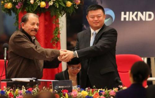 Tỷ phú Vương Tĩnh bắt tayTổng thốngNicaragua,Daniel Ortega, ở thủ đôManagua hồi tháng 6/2013. Ảnh:http://phys.org
