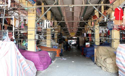 Chợ vải, quần áo đầu mối lớn nhất thủ đô đã đóng cửa 2 ngày nay. Hơn 1000 tiểu thương kinh doanh ở đây phản đối việc thành phố chấp thuận dự án lấy bãi giữ xe của chợ và trường học để xây trung tâm thương mại. Ảnh: Phương Sơn