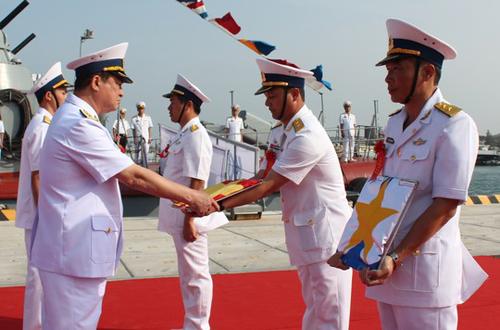 Đô đốc Nguyễn Văn Hiến, Ủy viên TƯ Đảng, Thứ trưởng Bộ quốc phòng-Tư Lệnh Hải quân trao quốc kỳ cho đại diện cán bộ, thủy thủ Tàu ngầm HQ-182 Hà Nội