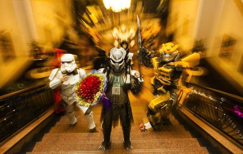 Hôm 15/1, anh chàng Zhao Ming, cùng 6 người bạn hóa trang thành các nhân vật trong ba bộ phim hành động viễn tưởng của Mỹ là Predators (Quái thú vô hình), Star Wars (Chiến tranh giữa các vì sao) và Transformers (Người vận chuyển).