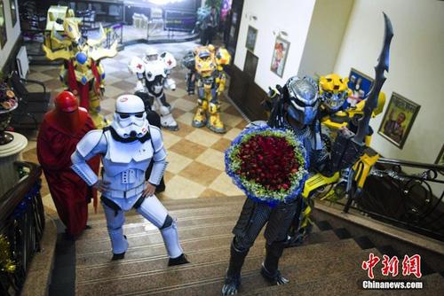 Zhao Ming trong bộ dạngcủa quái thú, tay cầm một bó hoa hồng lớn, dẫn đầu nhóm tiến vào quánmột quán bar ở Trường Xuân, thủ phủ tỉnh đông bắc Cát Lâm.