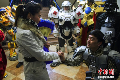 [Caption]Zhao's colleagues also lent him a 60,000 yuan worth of ring which he placed upon his girlfriend's finger after she accepted his proposal.