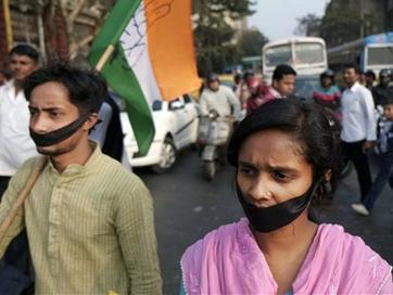 Cô gái Ấn Độ bị cưỡng hiếp tập thể gần đồn cảnh sát
