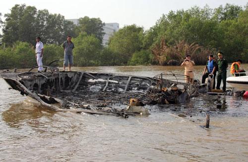 Chiếc tàu cánh ngầm bị cháy chìm dần. Ảnh: An Nhơn