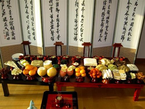 Người Hàn Quốc rất coi trọng vấn đề ẩm thực trong Tết Âm lịch. Nhiều gia đình dành cả ngày trước ngày đầu năm mới (Seollal) để chuẩn bị các món và dâng lên cúng tổ tiên. Khoảng 20 loại món ăn thường được đặt trên bàn lễ, tuy nhiên số đĩa tùy vào mỗi vùng.