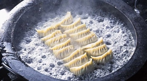 In northern China, it is customary to make dumplings (jiaozi, 餃子, jiǎozi) after dinner to eat around midnight. Dumplings symbolize wealth because their shape resembles a Chinese tael.