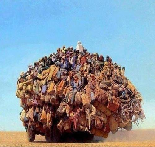 Có lẽ các chú lạc đà đã đình công, đây là chuyến xe cuối cùng trên sa mạc.