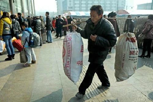 Hành lý về quê ăn Tết rất gọn gàng, không cần va li, túi xách lộn xộn.