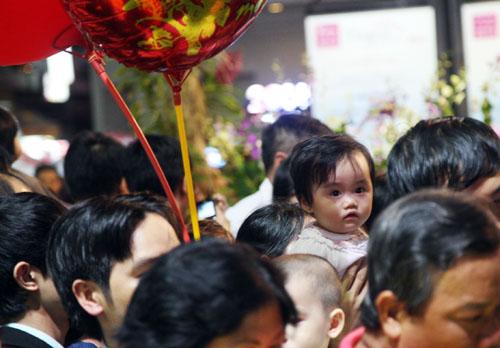 Nhiều bố mẹ đem theo các thiên thần để các bé cùng ngắm hoa.