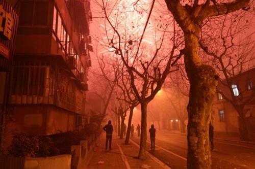 Pháo hoa trên một con phố ở thành phố Thượng Hải, Trung Quốc.